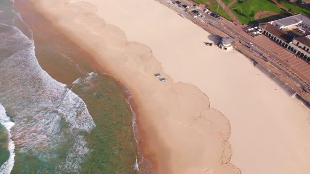 vídeos de stock, filmes e b-roll de aerial views of bondi beach during covid-19 pandemic on april 4, 2020 in sydney, australia. - praia de bondi