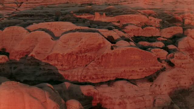 aerial views of bulbous rocks at petra, jordan - varmt ljus bildbanksvideor och videomaterial från bakom kulisserna