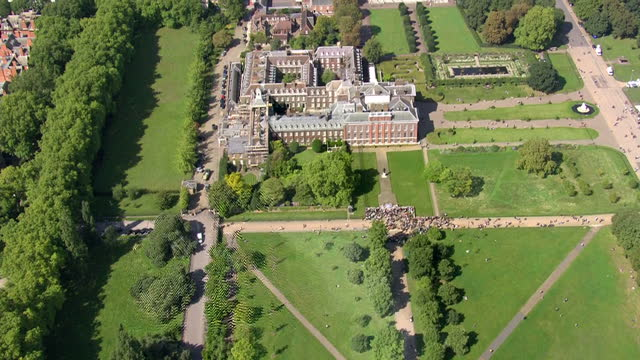 aerial views of crowds outside kensington palace looking at floral tributes left at gates to mark 20th anniversay of princess diana's death on 31st... - kensington palace video stock e b–roll