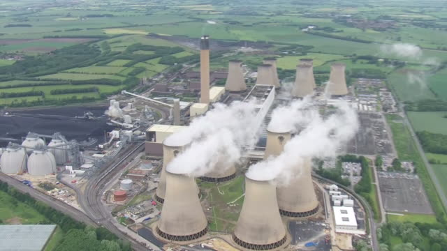 vídeos de stock e filmes b-roll de aerial views of drax power station a large biomass and coalfired power station on june 24 2019 selby england - gás combustível fóssil