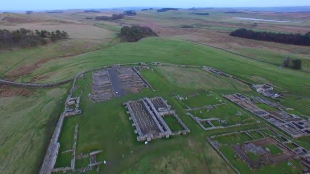 vídeos y material grabado en eventos de stock de aerial views of housesteads roman fort hadrian's wall northumberland england uk - noreste de inglaterra