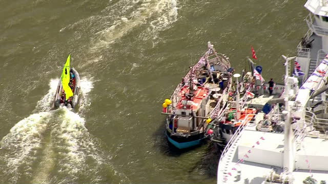 aerial views of in campaign boats circling around fishing for leave boats on the river thames on june 15 2016 in london united kingdom the campaigns... - 2016 european union referendum stock videos and b-roll footage