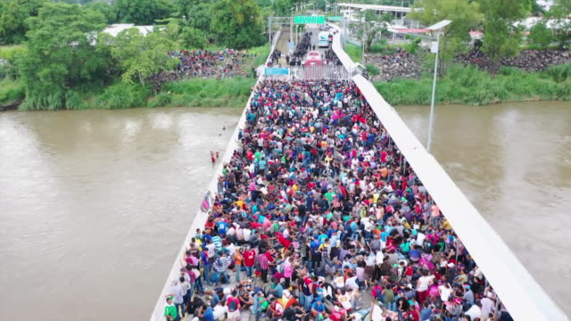 aerial views of migrants from honduras and guatemala walking through mexico in an attempt to reach the usa - flüchtling stock-videos und b-roll-filmmaterial