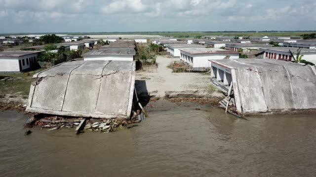 aerial views of partially submerged houses along the riverside in bangladesh on september 17 2019 bangladesh suffers from acquit riverbank erosion... - 浸食された点の映像素材/bロール