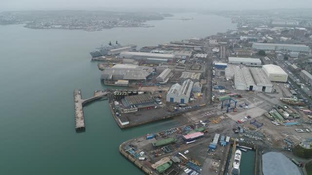 vídeos y material grabado en eventos de stock de aerial views of plymouth port as it becomes site of new english freeport. davenport will be one of the new english freeports, low-tariff business... - export palabra en inglés