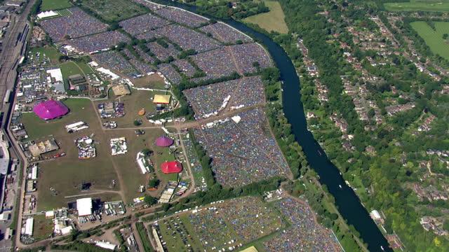 vídeos de stock, filmes e b-roll de aerial views of reading festival showing hundreds of tents on 30th august 2017 reading england - reading berkshire