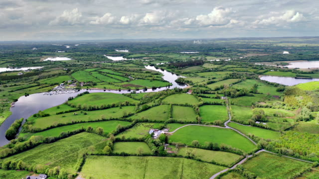 vedute aeree del fiume erne a cavan vicino al confine - uk video stock e b–roll