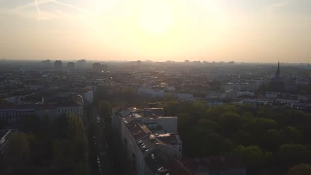 aerial views of the berlin skyline - ベルリン点の映像素材/bロール