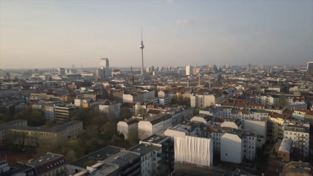 vídeos de stock e filmes b-roll de aerial views of the berlin skyline with tv tower - berlim