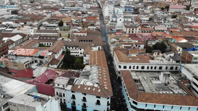 vídeos y material grabado en eventos de stock de aerial views of the city of quito in ecuador during demonstrations against president lenin economic measures on october 9, 2019. president of ecuador... - ecuador