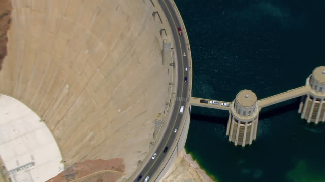 vídeos de stock, filmes e b-roll de aerial views of the hoover dam on a sunny day - represa hoover