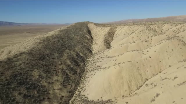 vidéos et rushes de aerial views of the san andreas fault line - tremblement de terre