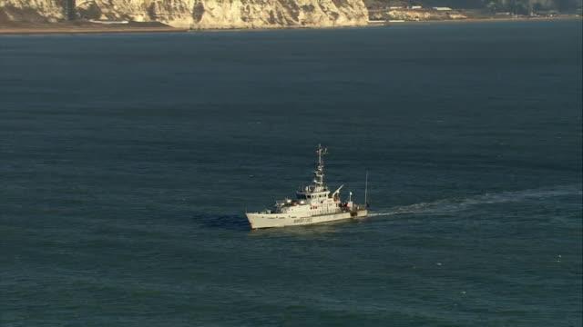 vidéos et rushes de aerial views of uk border force 'cutter' ships on patrol - réfugié