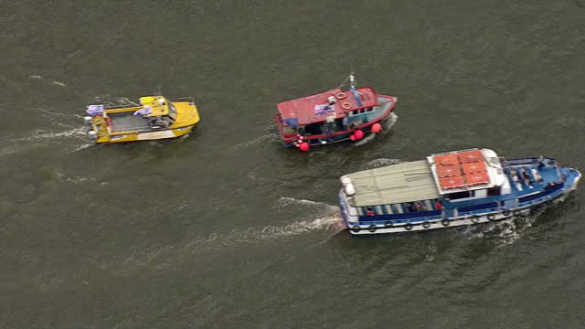 aerial views of 'vote leave' 'vote remain' eu referendum campaign boats moving down the river thames on june 15 2016 in london united kingdom the... - 2016 european union referendum stock videos and b-roll footage
