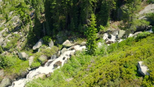 stockvideo's en b-roll-footage met luchtfoto's op prachtige waterval op zonnige dag in de zomer. slow cinematische camerabeweging. video met audio. - sunny