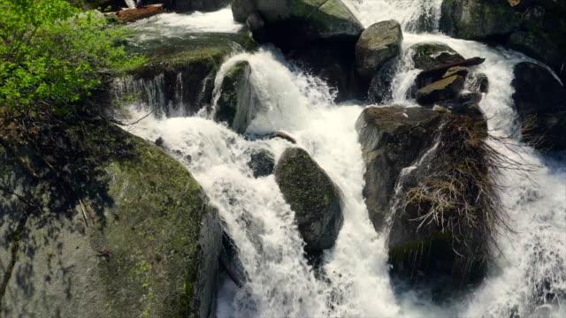 夏晴れた日の美しい滝の航空写真。遅い映画カメラの動き。オーディオ付きビデオ。 - sunny点の映像素材/bロール