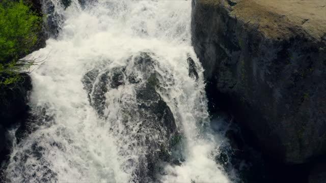 夏晴れた日の美しい滝の航空写真。遅い映画カメラの動き。オーディオ付きビデオ。 - audio available点の映像素材/bロール
