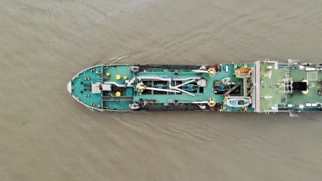 aerial view/the big river tanker is an important export and import route - 化石燃料点の映像素材/bロール