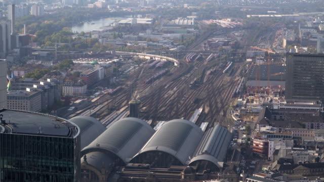 aerial view: zug kommt zum hauptbahnhof in frankfurt am main, deutschland - bahnhof stock-videos und b-roll-filmmaterial