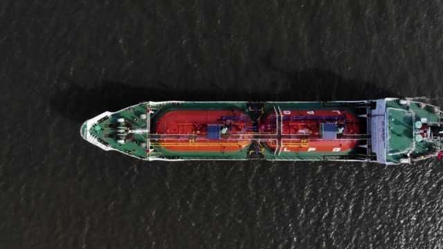 aerial viiew/lpg gas tanker parked at sea because the outbreak of the covid-19 has made the economy worse, the reduced gas usage - industria petrolifera video stock e b–roll