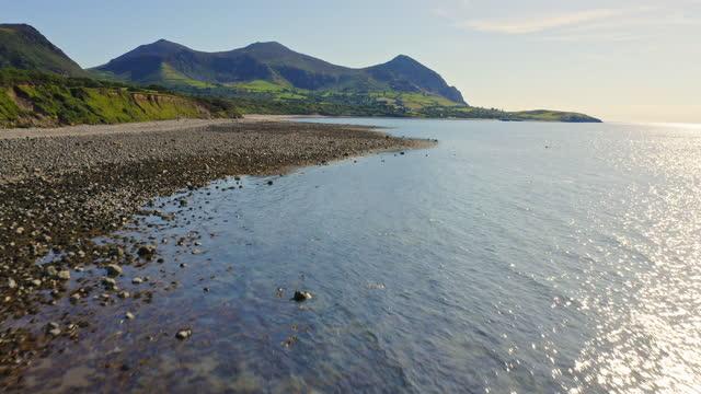 aerial - wales landscape of llyn peninsula & yr eifl mountain - breathtaking view - gestrandet stock-videos und b-roll-filmmaterial