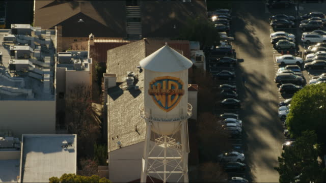 vídeos de stock, filmes e b-roll de aerial warner bros film studio burbank los angeles - ateliê
