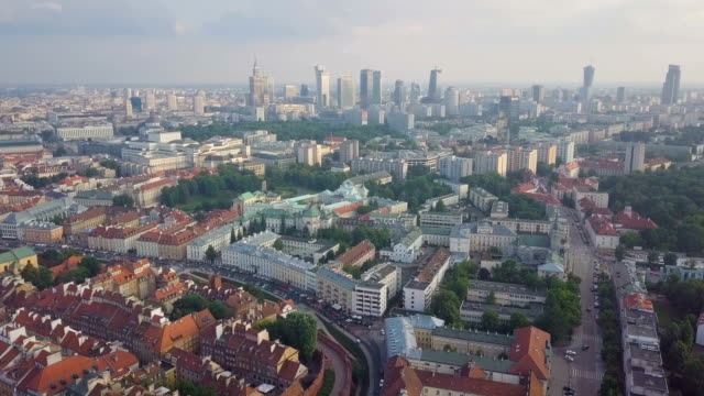 vídeos y material grabado en eventos de stock de aerial/ warsaw old town and many administrative buildings, museums, palaces with new city in background - capitel