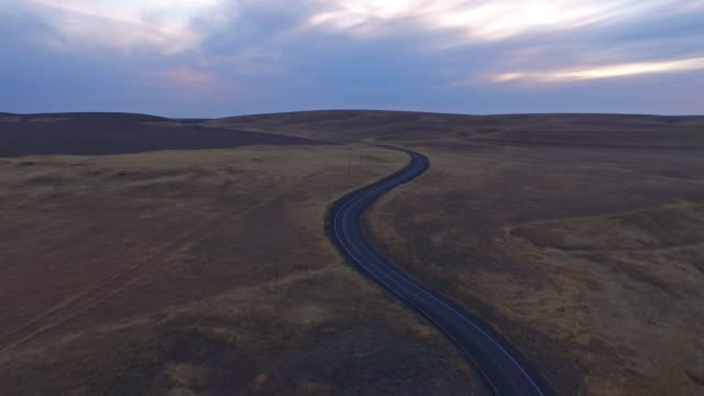 aerial washington landschaft - kurvenreiche straße stock-videos und b-roll-filmmaterial