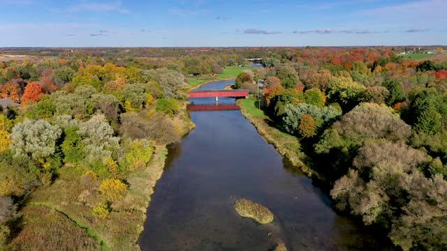 aerial west montrose covered bridge (kissing bridge) und grand river in der nähe von kitchener, waterloo regional, kanada - überdachte brücke brücke stock-videos und b-roll-filmmaterial