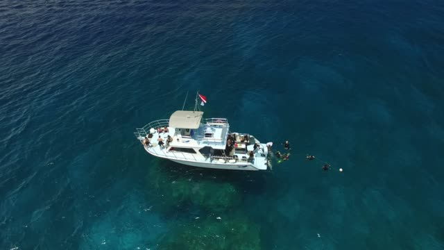 vídeos y material grabado en eventos de stock de aerial: white boat with scuba divers in blue ocean - embarcación de recreo