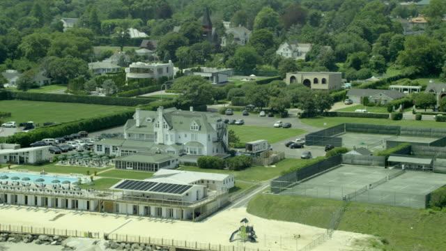aerial wide beach club and pool - piscina pubblica all'aperto video stock e b–roll