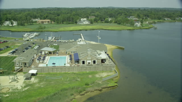 aerial wide of pool club on water - piscina pubblica all'aperto video stock e b–roll