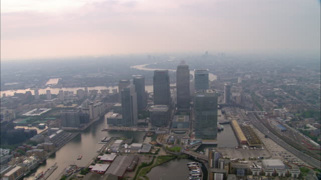 vídeos de stock e filmes b-roll de aerial wide shot canary wharf and thames with cityscape / london - hsbc towers
