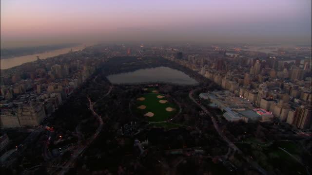 vídeos y material grabado en eventos de stock de aerial wide shot heading north over central park/ new york city - met