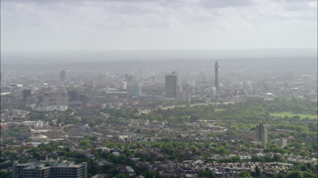 vídeos de stock e filmes b-roll de aerial wide shot london from hampstead heath / zoom out greater cityscape / london, england - bt tower londres