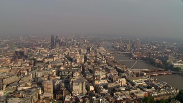 aerial wide shot london skyline with st. pauls, tower bridge, and thames - 跳開橋点の映像素材/bロール