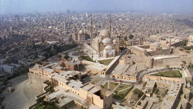 stockvideo's en b-roll-footage met aerial wide shot mohammad ali mosque (alabaster mosque) on the citadel/ cairo, egypt - caïro