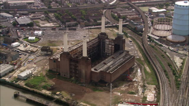 aerial wide shot pan battersea power station / london, england - バタシー発電所点の映像素材/bロール