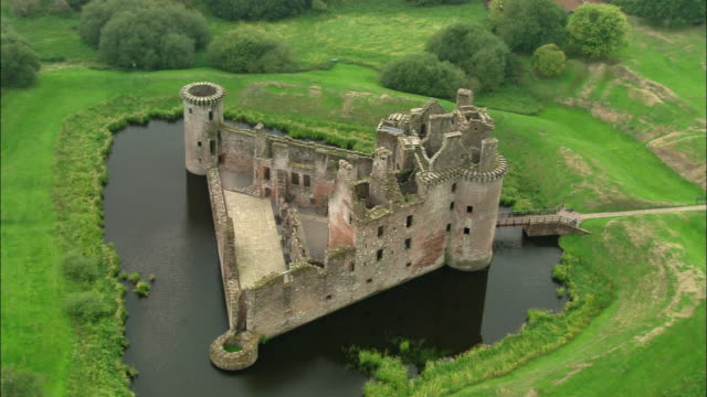 vídeos de stock, filmes e b-roll de aerial wide shot pan caerlaverock castle/ dumfries and galloway, scotland - escócia