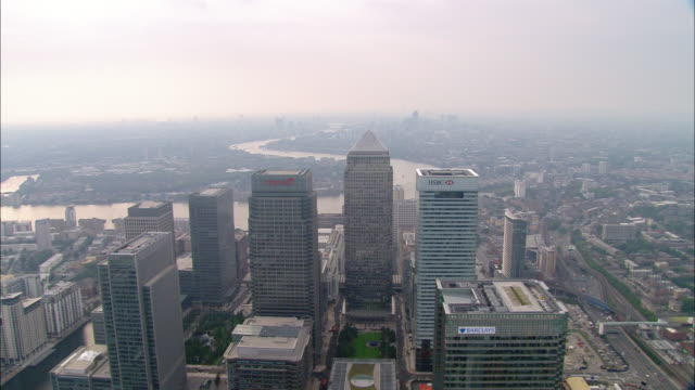 vídeos de stock e filmes b-roll de aerial wide shot pan canary wharf / overhead canary wharf / isle of dogs, london - hsbc towers