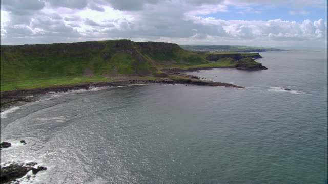 aerial wide shot pan coast of coleraine and giant's causeway / coleraine, ireland - 北アイルランド点の映像素材/bロール