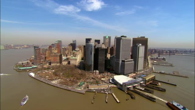 vídeos de stock, filmes e b-roll de aerial wide shot pan east side of lower manhattan from new york harbour/ new york, new york - baixo manhattan
