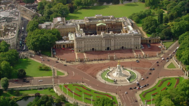 vídeos de stock, filmes e b-roll de aerial wide shot pan front of buckingham palace / london, england - palácio de buckingham