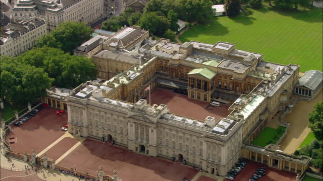 vídeos de stock, filmes e b-roll de aerial wide shot pan front of buckingham palace to side / london, england - palácio de buckingham