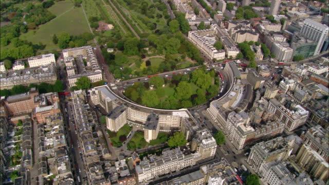 vídeos de stock, filmes e b-roll de aerial wide shot pan going north over london toward regents park / england - parque regents