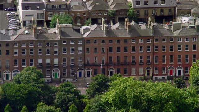 aerial wide shot pan homes on edge of merrion square/ zoom out greater merrion square and surrounding area/ dublin, ireland - ジョージア調点の映像素材/bロール