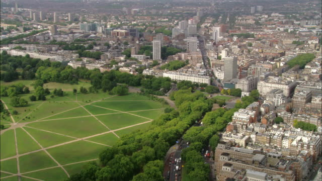 aerial wide shot pan marble arch at east corner of hyde park / london, england - hyde park london stock videos & royalty-free footage