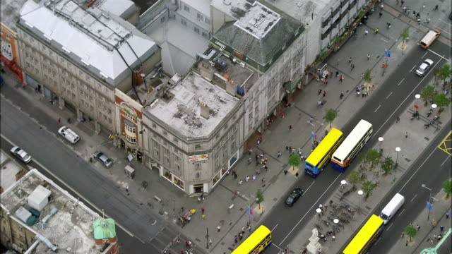 aerial wide shot pan o'connell street and traffic/ tilt up zoom out dublin spire/ dublin, ireland - ireland stock videos & royalty-free footage