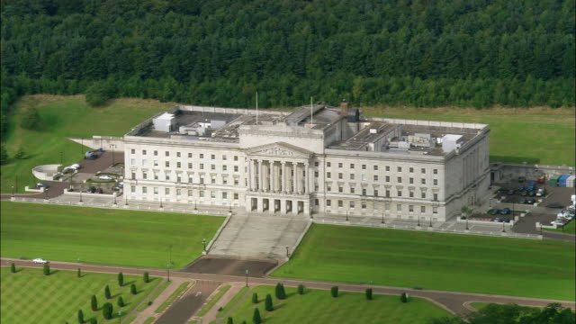 aerial wide shot pan parliament building (stormont)/ belfast, northern ireland - 北アイルランド点の映像素材/bロール