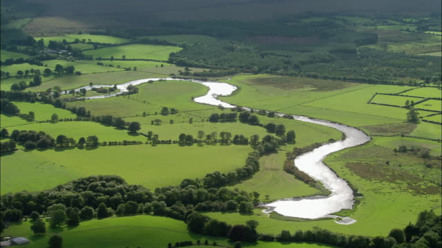 vidéos et rushes de aerial wide shot pan river in galway / ireland - irlande